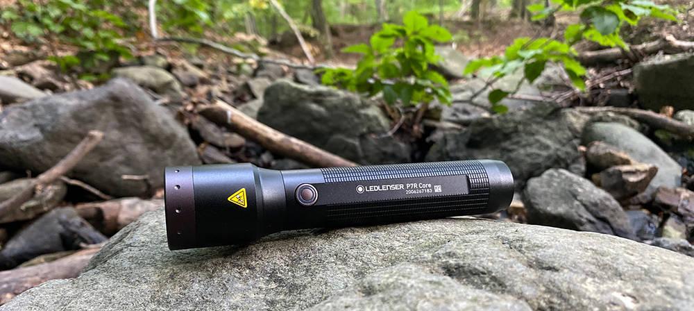 Ledlenser P7R Core sziklán erdőben
