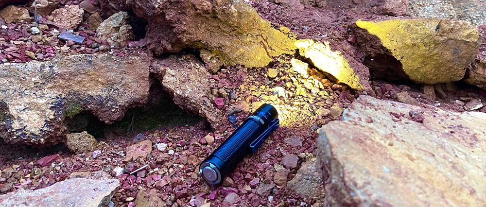 Olight Warrior Mini sziklákat világít